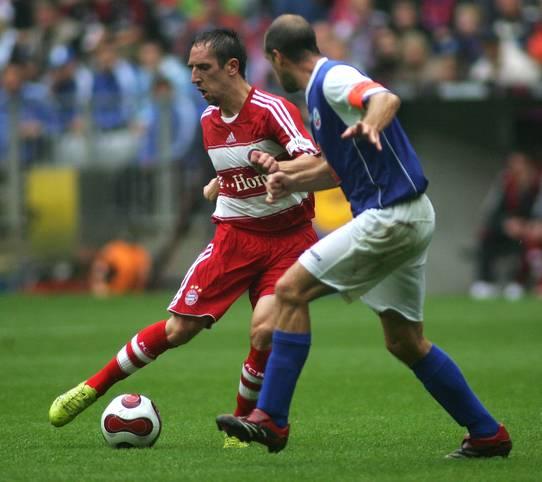 Vor zwölf Jahren trat ein Spieler auf die Bühne der Bundesliga, der diese prägen sollte wie wenig andere: Franck Ribéry absolvierte sein erstes Liga-Spiel für den FC Bayern (3:0 gegen Hansa Rostock)