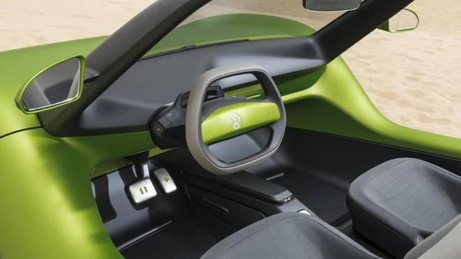 Das VW-Strandmobil kommt ohne Bordsystem aus. Schon mit einem Tritt auf das Play-Symbol beginnt das Fahrvergnügen