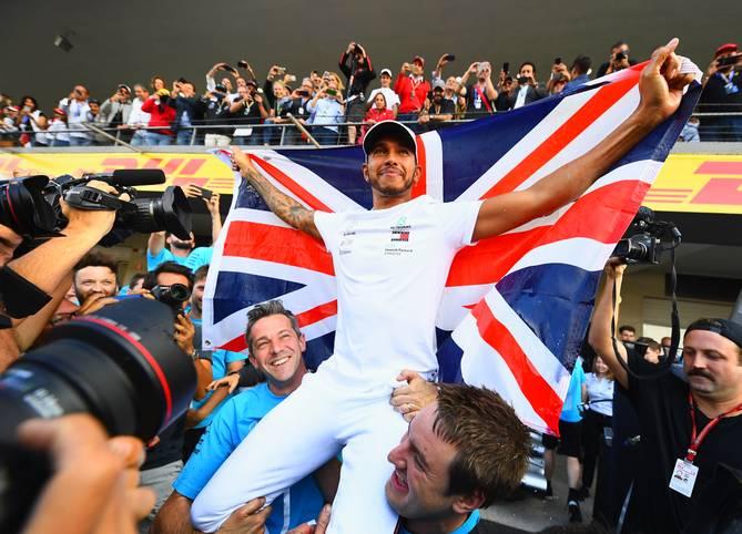 Lewis Hamilton hat es wieder einmal geschafft: In Mexiko macht der Brite seinen fünften WM-Titel perfekt - bereits zwei Rennen vor Saisonende. Dabei musste Hamilton eine Achterbahnfahrt durchleben. Selbst in der Sommerpause galt er noch als Underdog im Titelrennen mit Sebastian Vettel. SPORT1 blickt auf Hamiltons turbulente Saison zurück