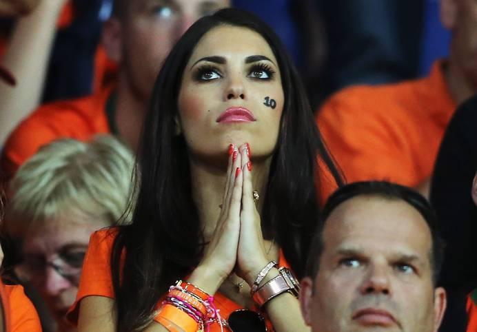 Yolanthe Sneijder-Cabau  fiebert  auf der Tribüne mit. Punktet ihr Ehemann Wesley Sneijder am Samstag mit der niederländischen Nationalmannschaft im EM-Qualifikationsspiel gegen Kasachstan nicht, sieht es für die Elftal ganz düster aus. Aber auch Kroatien, Schweden und die Türkei sind noch nicht sicher für das Turnier qualifiziert. SPORT1 zeigt die Spielerfrauen, die die Fans bei einer Niederlage ihrer Männer bei der EM 2016 in Frankreich nicht im Stadion sehen werden
