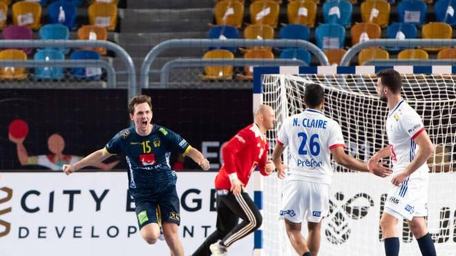 Nichts zu machen für Frankreich: Schweden um Hampus Wanne (l.) steht erstmals nach mehr als 20 Jahren wieder im Finale einer Handball-WM