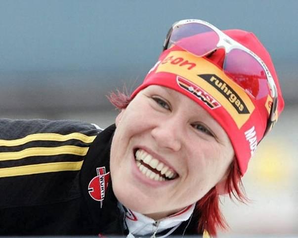 Kati Wilhelms Markenzeichen sind farblich klar definiert: Immer auffällig rot-gefärbte Haare, und darüber eine rote Mütze. Auch ein Lächeln trägt die sympathische Sportlerin aus Zella-Mehlis nach all ihren Erfolgen sehr oft auf ihren Lippen