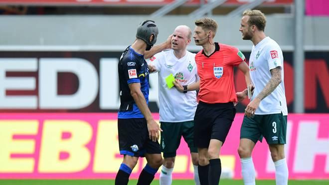 Klaus Gjasula (l.) sah gegen Bremen seine 17. Gelbe Karte in dieser Saison