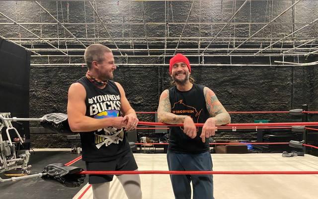 CM Punk (r.) steht für eine neue TV-Serie mit Stephen Amell wieder im Wrestling-Ring