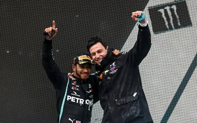Wohl weiter Seite an Seite: Lewis Hamilton und Teamchef Toto Wolff (r.)