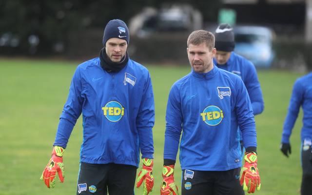 Thomas Kraft (r.) hat Rune Jarstein vorerst auf dem Tor der Hertha verdrängt