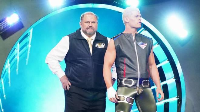 Arn Anderson (l.) begleitet bei AEW Cody Rhodes zum Ring