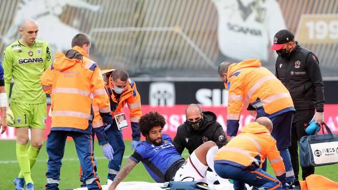 Dante wird gegen Angers mit einer Trage vom Platz gebracht