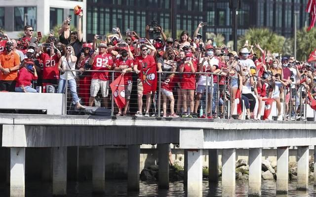 Kuriose Szenen: Menschenmassen stehen am Ufer, jubeln den Tampa Bay Buccaneers zu