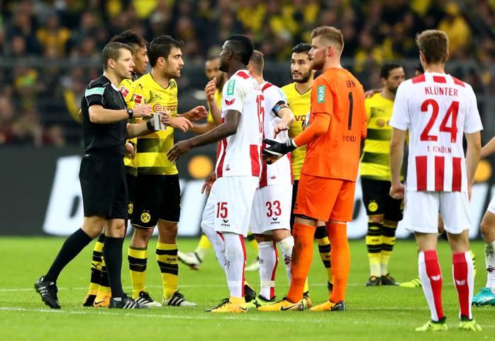 Es ist die Aufreger-Szene des 4. Spieltags: Beim Stande von 1:0 für Borussia Dortmund erkennt Schiedsrichter Patrick Ittrich mit Hilfe von Videoschiedsrichter Dr. Felix Brych ein Tor von Dortmunds Sokratis als regulär an - obwohl er es eigentlich schon als ungültig abgepfiffen hatte. SPORT1 zeigt die Bilder rund um das Tor im Daumenkino