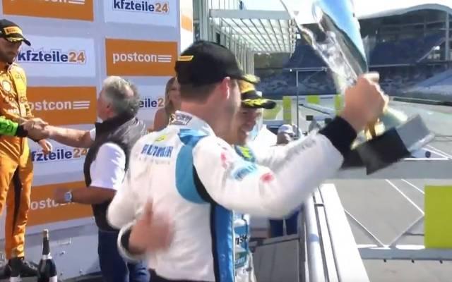 Das Audi-Duo begießt die Meisterschaft mit Champagner