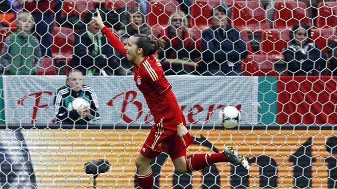 Ivana Rudelic bejubelt ihren Treffer für den FC Bayern im DFB-Pokalfinale 2012