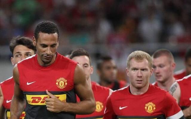 Rio Ferdinand (l.) und Paul Scholes verspotten die Abwehr von Manchester United