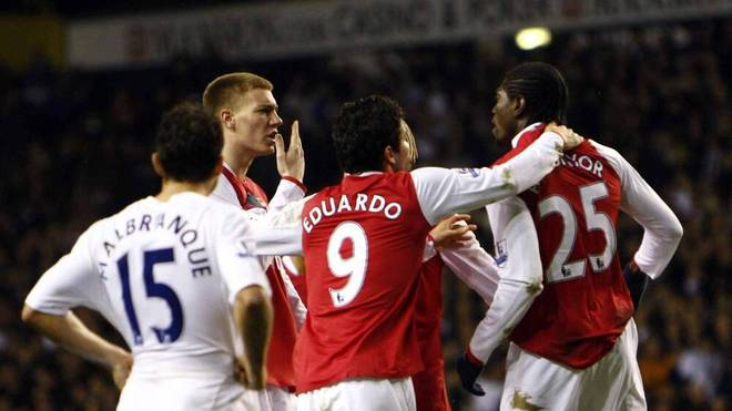 2009 prügelte sich Nicklas Bendtner (l.) mit seinem Teamkollegen Emmanuel Adebayor während des Derbys gegen Tottenham