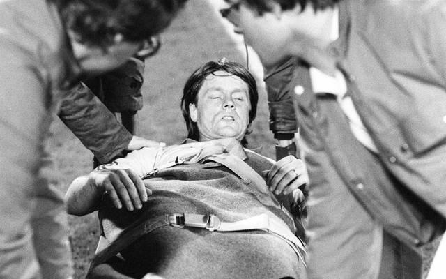 Braunschweigs Hasse Borg wurde im Oktober 1981 mit gebrochenem Schien- und Wadenbein vom Platz getragen