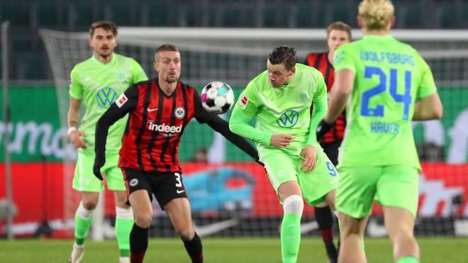 Stefan Ilsanker im Duell mit Wout Weghorst vom VfL Wolfsburg