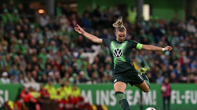 WOLFSBURG, GERMANY - OCTOBER 16: Alexandra Popp of VfL Wolfsburg runs with the ball during the UEFA Women's Champions League Round of 16 First Leg match between VfL Wolfsburg and Twente Enschede at AOK-Stadion on October 16, 2019 in Wolfsburg, Germany. (Photo by Cathrin Mueller/Getty Images)