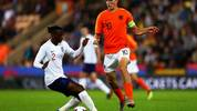 NORWICH, ENGLAND - SEPTEMBER 06:  Aaron Wan Bissaka of England is challenged by Guus Til of the Netherlands during the 2019 UEFA European Under 21 Championship Qualifying match between England U21 and Netherlands U21 at Carrow Road on September 6, 2018 in Norwich, England.  (Photo by Naomi Baker/Getty Images)