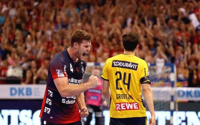 Flensburgs Johannes Golla (l.) brüllt die Freude über den Sieg gegen die Rhein-Neckar Löwen am vergangenen Spieltag raus