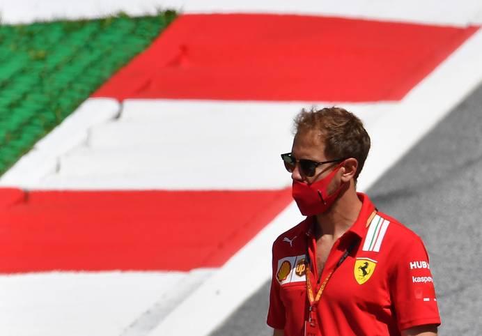 Sebastian Vettel erlebt beim ersten Saisonrennen in Spielberg eine große Enttäuschung. Auf der ersten Station seiner Ferrari-Abschiedstour fährt er von Startplatz elf ins vordere Mittelfeld nach vorne...