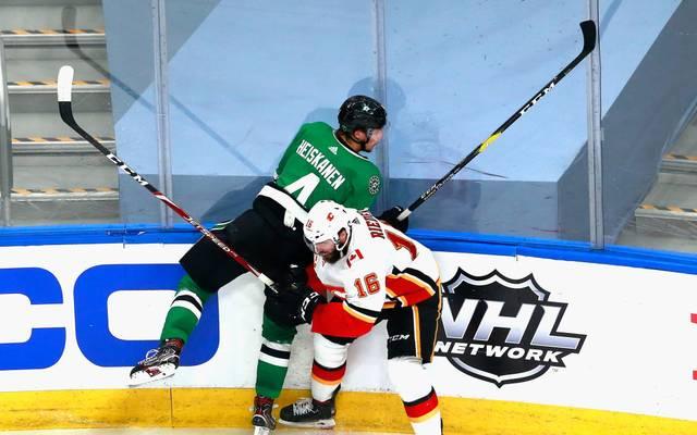 Tobias Rieder (vorn) von den Calgary Flames steht in den NHL-Playoffs unter Druck