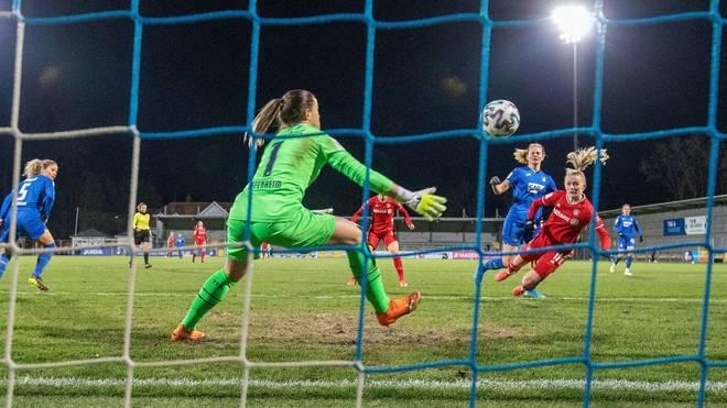 Lea Schüller (r.) erzielt einen Doppelpack für den FC Bayern