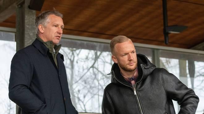 Kevin Vogt (r., neben Werder-Sportchef Frank Baumann) steht Bremen am Sonntag wohl zur Verfügung