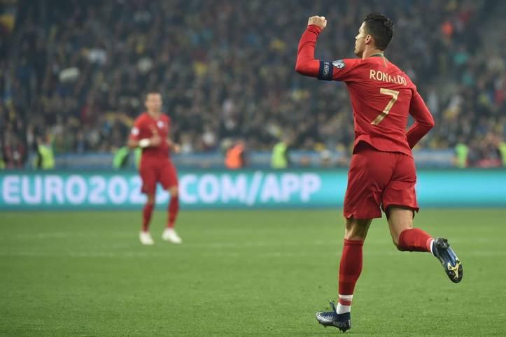 CR700! Cristiano Ronaldo hat mit seinem 700. Profitor eine magische Schallmauer durchbrochen. Im EM-Qualifikationsspiel traf der portugiesische Superstar per Elfmeter, konnte die 1:2-Niederlage gegen die Ukraine aber nicht mehr verhindern. Dennoch stieg Ronaldo mit seinem Jubiläumstor in den Klub der ganz Großen auf
