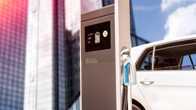 E-Autos müssen regelmäßig an Ladestationen aufgeladen werden