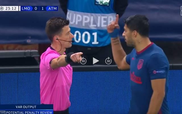 Schiedsrichter Benoit Bastien (L) fühlte sich von Luis Suárez gestört