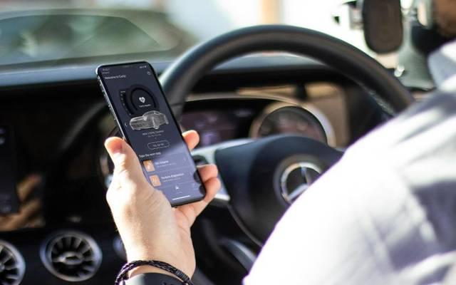 Eine passende App fürs Smartphone empfängt die Daten aus dem Auto und zeigt sie an.