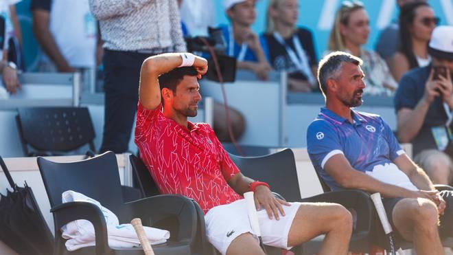 Novak Djokovics (vorne) Trainer Goran Ivanisevic (hinten) hat es ebenfalls erwischt