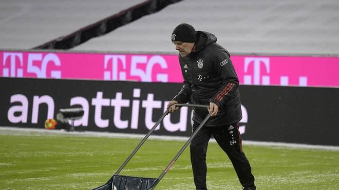 Hermann Gerland half in der Allianz Arena beim Schneeschippen mit