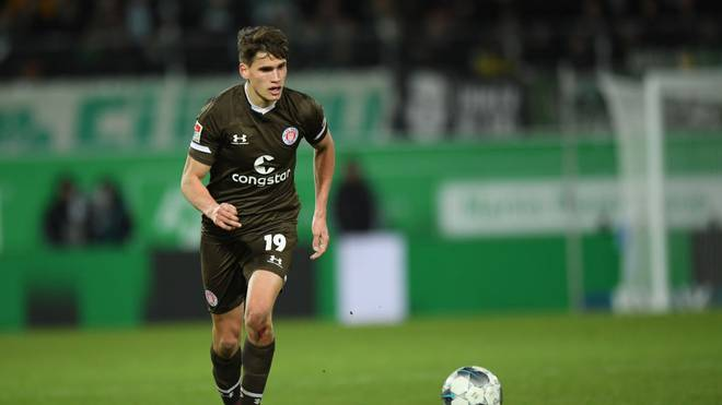 FUERTH, GERMANY - JANUARY 28: Luca-Milan Zander of St. Pauli plays the ball during the Second Bundesliga match between SpVgg Greuther Fürth and FC St. Pauli at Sportpark Ronhof Thomas Sommer on January 28, 2020 in Fuerth, Germany. (Photo by Sebastian Widmann/Bongarts/Getty Images)