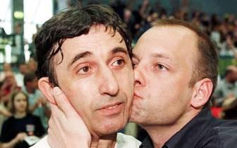 Rückblick auf frühere Liebkosungen: 1997 führt Svetislav Pesic (l.) ALBA Berlin erstmals zur Meisterschaft und erfreut damit auch Jung-Manager Baldi
