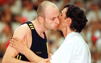 Auch die heutigen Trainerrivalen Pesic senior und Sasa Obradovic haben sich damals richtig lieb. Obradovic hat als verlängerter Arm des Coaches auf dem Court ebenfalls seinen Anteil am ersten Meistertitel in der damals noch jungen Vereinsgeschichte