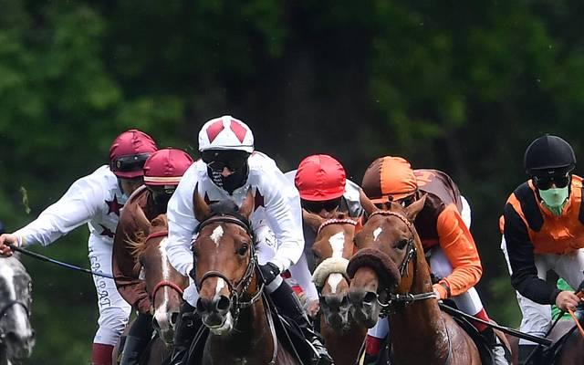 Wie hier in Berlin-Hoppegarten müssen die Jockeys auch in Hamburg einen Mund-Nase-Schutz tragen