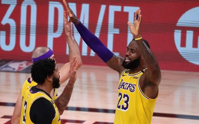 Anthony Davies (v. l.), Alex Caruso und LeBron James (r.) feiern den dritten Sieg in Serie gegen die Rockets