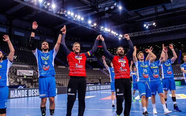 Der TVB Stuttgart feiert seinen Sieg in leerer Halle
