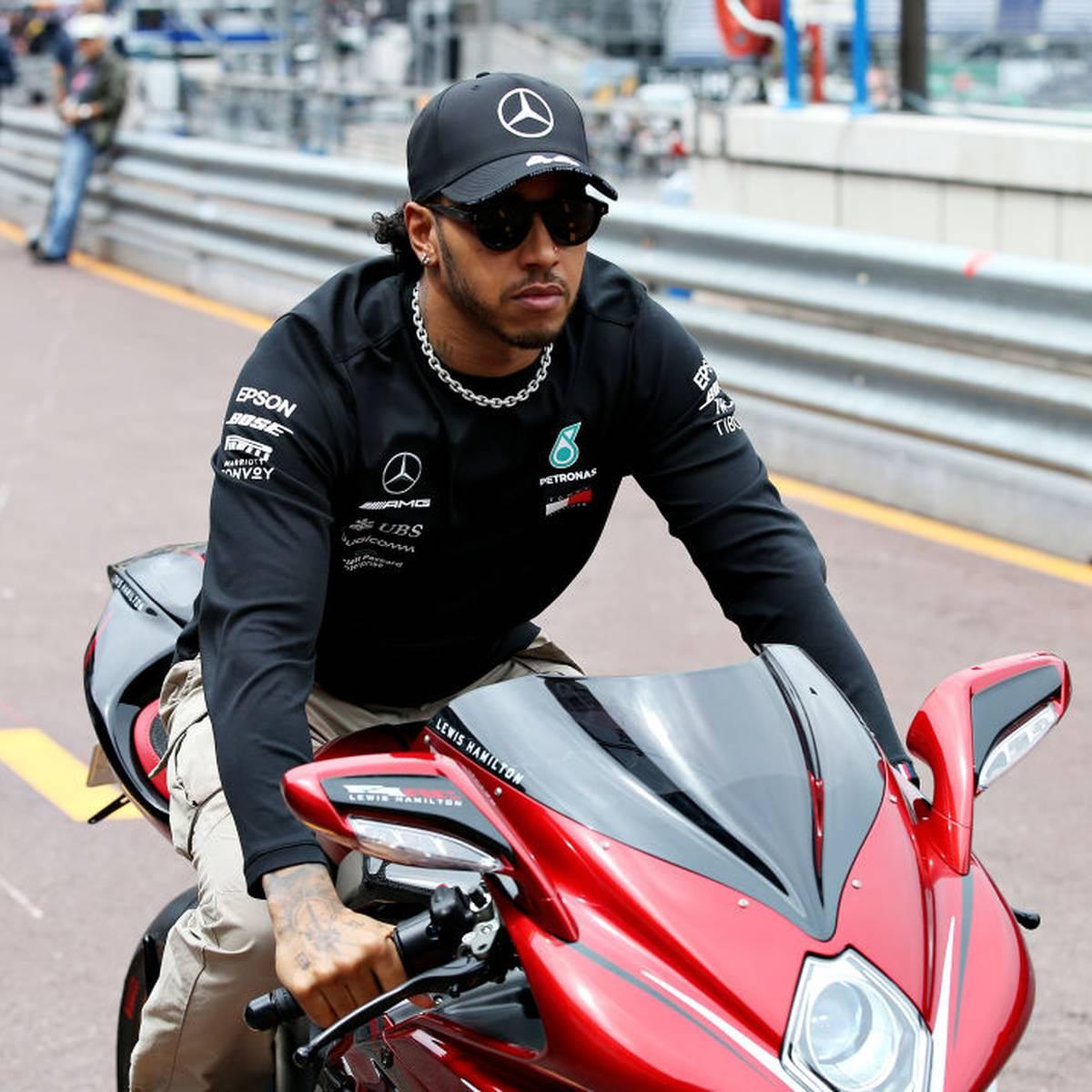 Hamilton probiert sich auf Motorrad