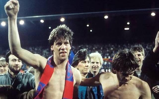 Europacup-Nacht 1986 in der Grotenburg: Wolfgang Funkel (mit Schal, neben Matthias Herget) nach dem legendären Viertelfinale zwischen Bayer Uerdingen und Dynamo Dresden