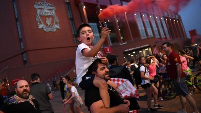 Vor dem Stadion an der Anfield Road ging es rund