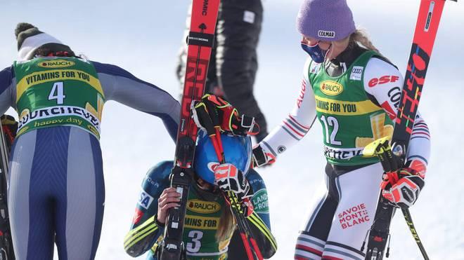 Mikaela Shiffrin (M.) wird von ihren Konkurrentinnen getröstet