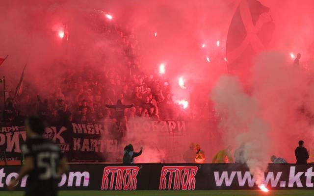 Beim Belgrad-Derby befinden sich 20.000 Fans dichtgedrängt im Stadion