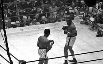 1964: Mit dem Selbstvertrauen einer makellosen Bilanz von 19 Siegen in 19 Kämpfen geht Ali in seinen ersten richtig großen Fight gegen Schwergewichts-Champion Sonny Liston