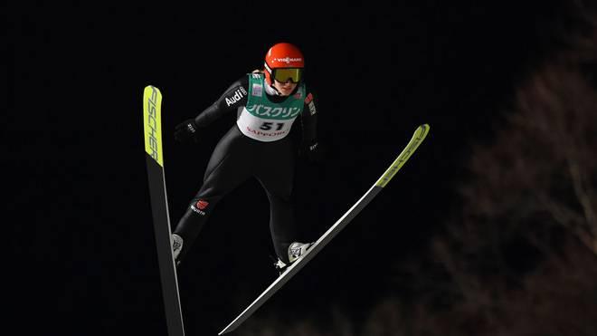 Katharina Althaus fliegt am Podest vorbei
