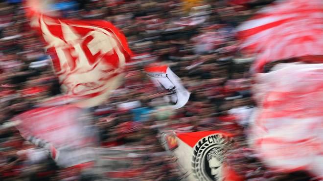 Die Fans des 1. FC Köln präsentierten gegen Dortmund ein Banner, mit dem Viktoria nicht einverstanden war