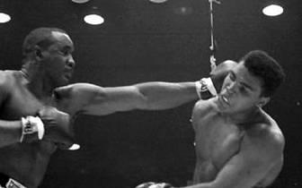 """""""Der Mann kann nicht sprechen. Der Mann kann nicht kämpfen. Der Mann braucht Sprachunterricht. Der Mann braucht Boxunterricht. Und wenn er gegen mich kämpft, braucht er Fallunterricht"""", klopft Ali schon im Vorfeld munter Sprüche. Und tatsächlich: Liston g"""