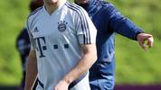Joshua Kimmich (v.) kehrt beim FC Bayern nach seiner Sperre zurück in die Startelf
