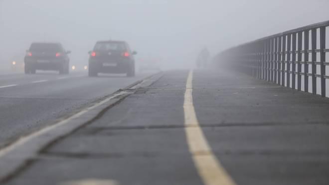 Nebelscheinwerfer können die Sicht nach vorn verbessern. Fernlicht dagegen macht es nur schlimmer
